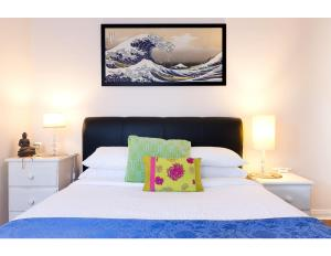 A bed or beds in a room at Retro Bondi Beach Garden Apartment