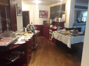 Ein Restaurant oder anderes Speiselokal in der Unterkunft City Hotel