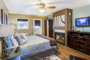 A television and/or entertainment center at Prescott Pines Inn Bed and Breakfast