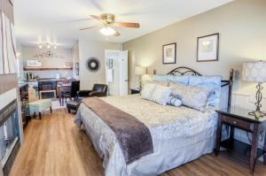 A bed or beds in a room at Prescott Pines Inn Bed and Breakfast