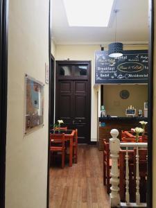 Un restaurante o sitio para comer en Hostal Rama & CaStle