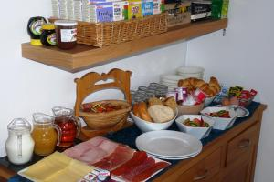 Breakfast options available to guests at Aaran House