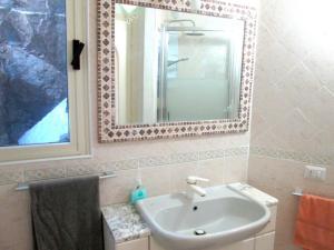 A bathroom at Sardinia Yellow House