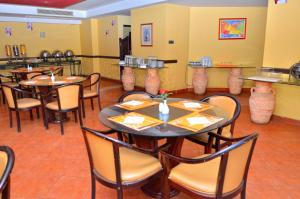 A restaurant or other place to eat at Aracan Pyramids Hotel
