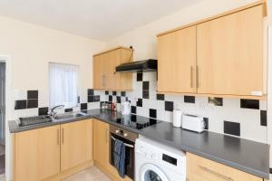 A kitchen or kitchenette at Well presented 2 bedroom house - sleeps four