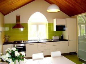 A kitchen or kitchenette at Chalé de Soutelinho
