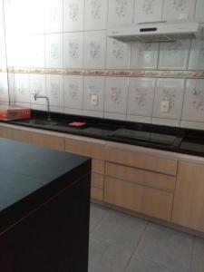 A kitchen or kitchenette at Casa super confortável.