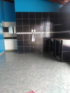 A bathroom at Casa super confortável.