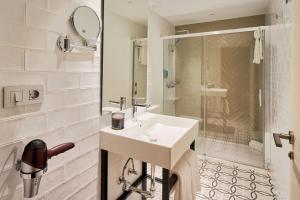 A bathroom at Tandem Soho Suites