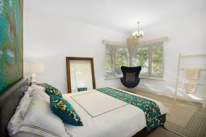 A bed or beds in a room at The Beach House Apartment