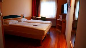 Ein Bett oder Betten in einem Zimmer der Unterkunft ibis Hotel Hamburg Airport