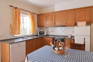 A kitchen or kitchenette at Villas Barrocal
