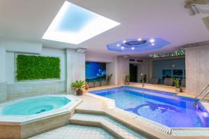 Бассейн в Egnatia Palace Hotel & Spa или поблизости