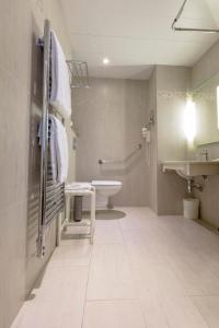 A bathroom at Best Western Au Trocadéro