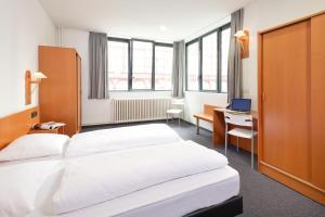 Een bed of bedden in een kamer bij Century Hotel Antwerpen Centrum