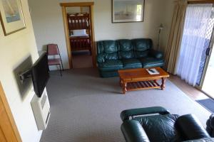 A seating area at Willaway Motel Apartments