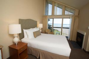 A bed or beds in a room at Schooner's Cove Inn
