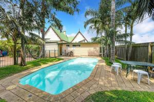 The swimming pool at or near Port Macquarie Backpackers