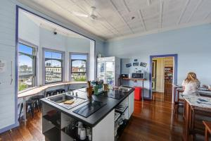 A kitchen or kitchenette at Port Macquarie Backpackers