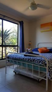 A bed or beds in a room at Pebbles Beach Retreat