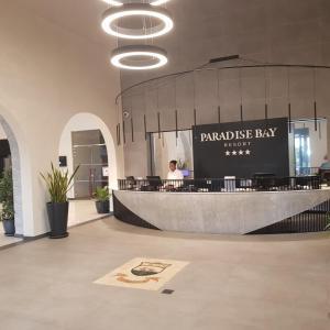 De lobby of receptie bij Paradise Bay Resort