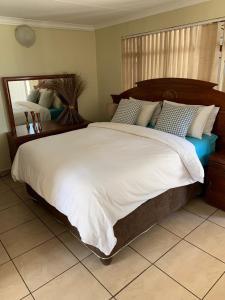 A bed or beds in a room at Villa de la Rosa Klerksdorp