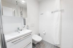 Vonios kambarys apgyvendinimo įstaigoje Forenom Aparthotel Helsinki Pikku Huopalahti