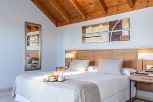 A bed or beds in a room at Ona Alanda Club Marbella