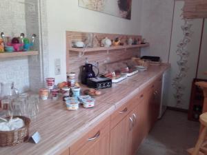 A kitchen or kitchenette at JaNettes Gästehaus