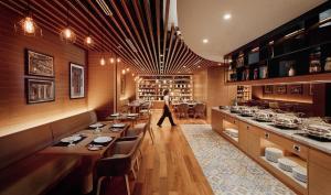 Un restaurante o sitio para comer en Victoria Garden Hotel