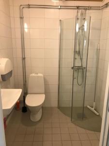 Ett badrum på Gränna Camping