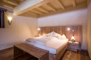 A bed or beds in a room at Das Rotspitz