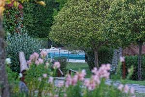 Un jardín fuera de Cabañas del Golf