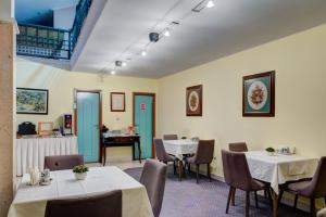 A restaurant or other place to eat at Hotel Eminent