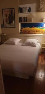 A bed or beds in a room at Transparent Marais