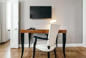 A television and/or entertainment center at Hotel Borg by Keahotels