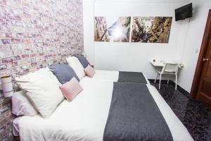 Ein Bett oder Betten in einem Zimmer der Unterkunft Hostal Caminito del Rey