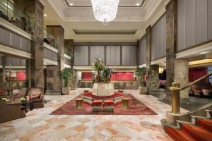 Area lobi atau resepsionis di Michelangelo Hotel