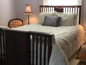 A bed or beds in a room at Silver Fountain Inn