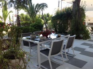 A restaurant or other place to eat at Angela Hotel