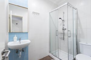 A bathroom at Lisboa Central Hostel