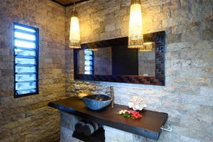 A bathroom at Mantaray Island Resort