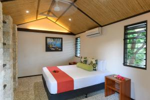 A bed or beds in a room at Mantaray Island Resort