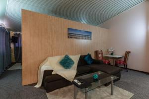 A seating area at Sails Geraldton Accommodation