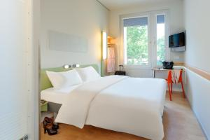 A bed or beds in a room at ibis budget Frankfurt City Ost
