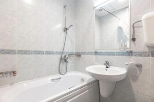 A bathroom at Hotel Epinal