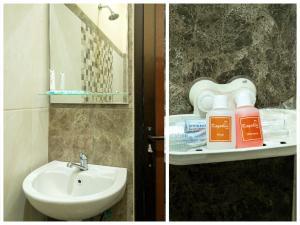 A bathroom at OYO 342 De'kayakini Hotel