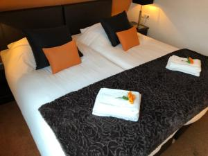 A bed or beds in a room at Hotel de Keizerskroon Hoorn