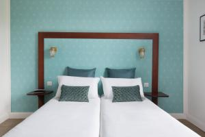 A bed or beds in a room at Hotel The Playce by Happyculture