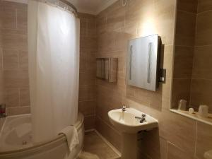 A bathroom at Ascot Hotel